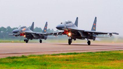 Cazas chinos Su-30, de fabricación rusa, despegan para participar de una patrulla por el Estrecho de Taiwán.