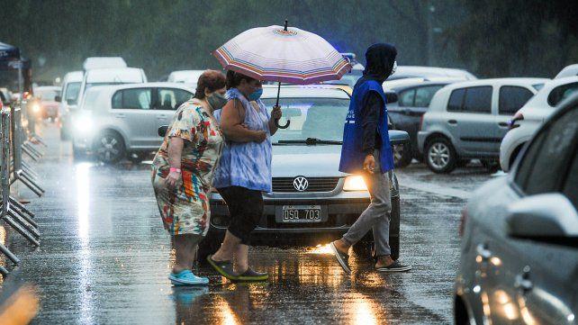 Un temporal de lluvia y viento azota este viernes Rosario y la región.
