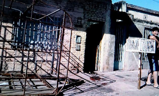 En la vereda de Sancho Panza al 2000 quedaron las manchas de sangre. (Foto: Celina Mutti Lovera)