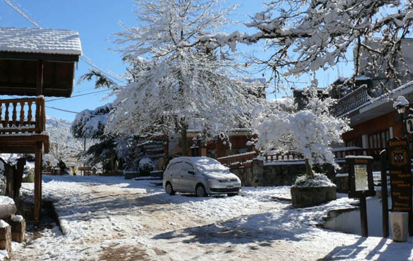Una postal. La Cumbrecita (valle de Calamuchita) amaneció ayer bajo un manto de nieve.