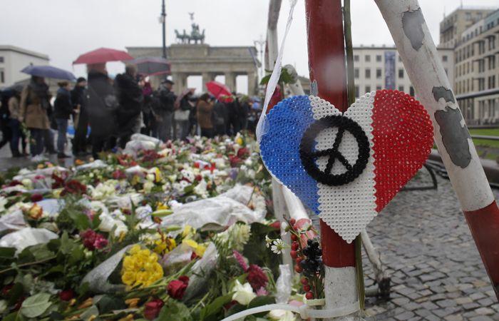 Flores y velas frente a la embajada francesa en Berlín (Alemania).