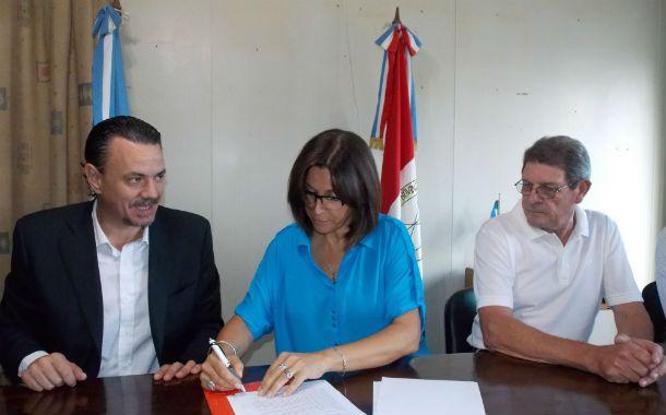 Convenio. El ministro Galassi firmó acuerdos con la intendenta Canut.