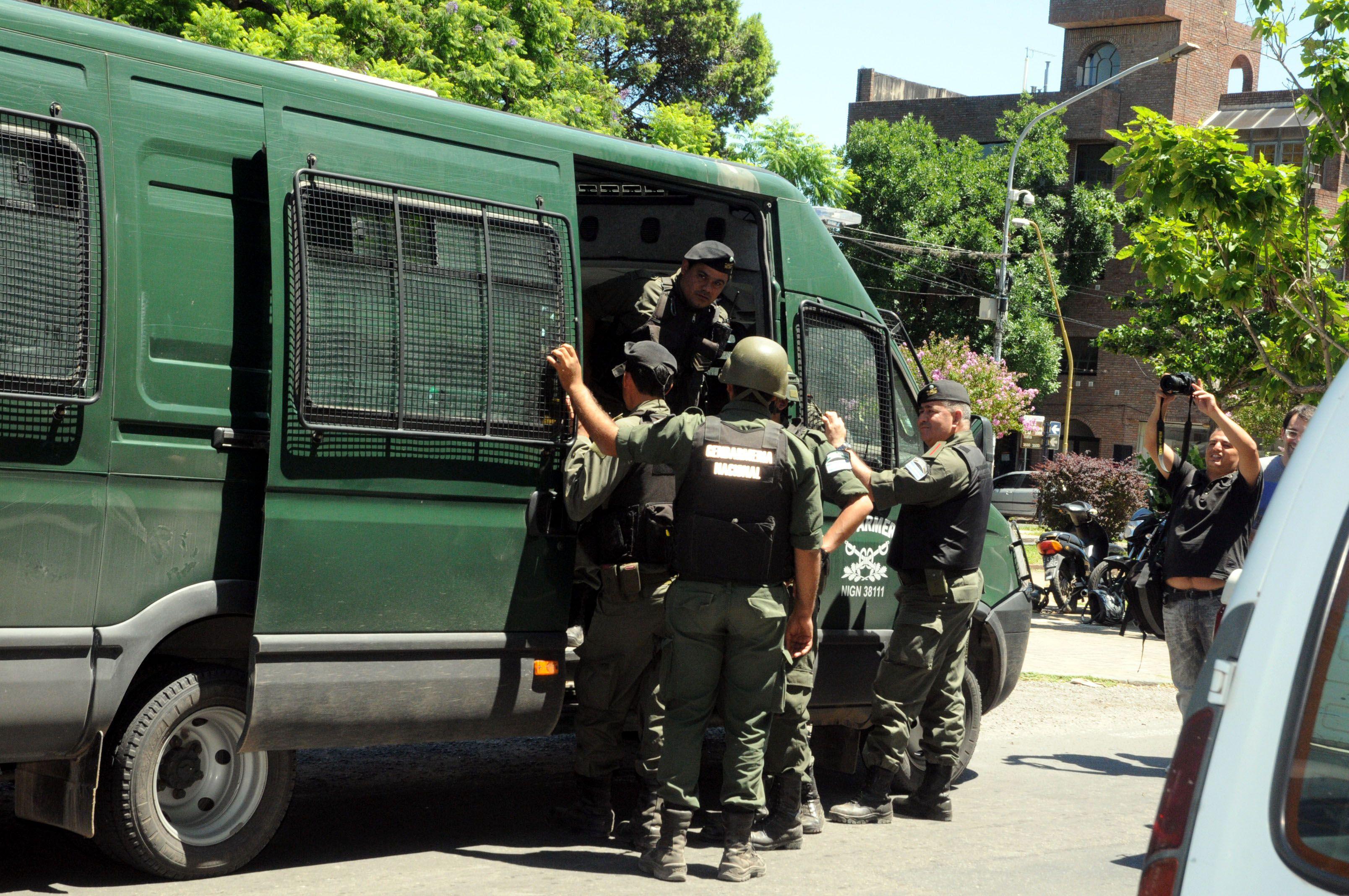 Varios gendarmes llegaron al hospital Cullen para interiorizarse del estado de saud de su compañero. (Foto: DyN)