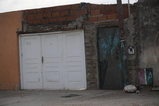 El pasillo donde vivía la víctima está precedido por una puerta de chapón oxidada.