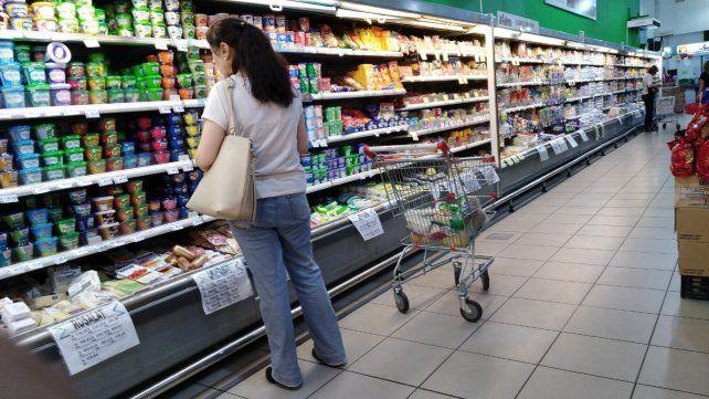 Cálculos. Quienes se arriman a las góndolas para hacer las compras se toman su tiempo para comparar los precios y cuidarse con los costos.
