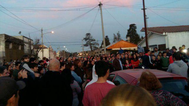 Multitud. La movilización convocó a gran cantidad de vecinos en la plaza.