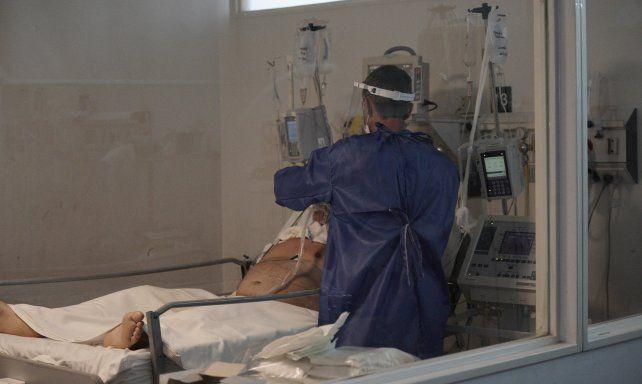 El aumento de contagios saturó las camas críticas y colapsó el sistema de salud de la ciudad.