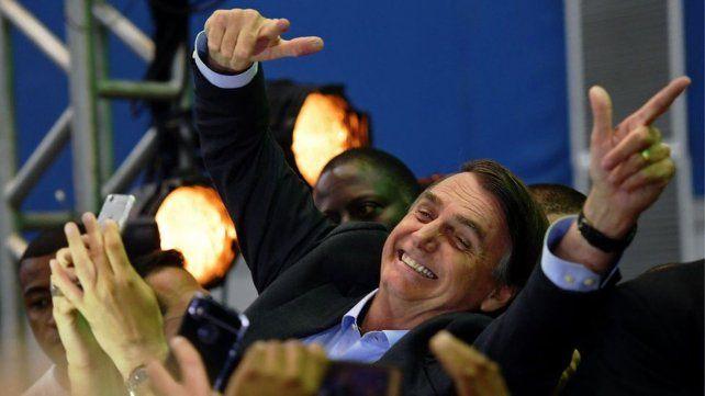 Sonrisas. El polémico postulante del Partido Social Liberal (PSL) es llevado en andas por simpatizantes.