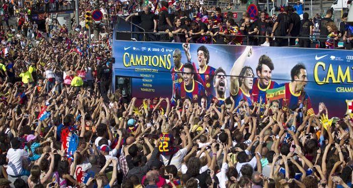 Los campeones llegaron a Barcelona y la fiesta se apoderó de la ciudad