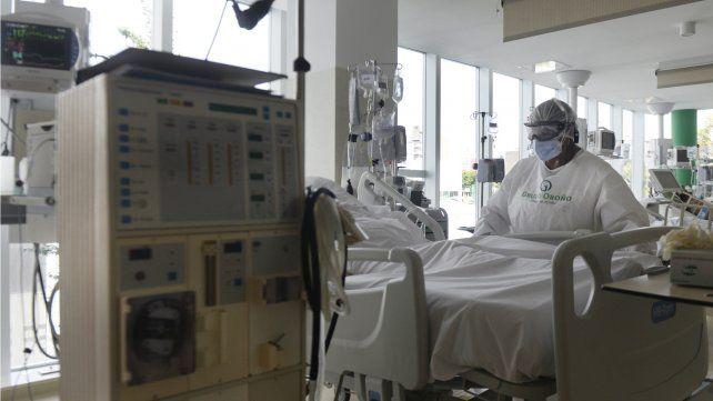 En la cama de cada paciente intubado hay aparatos con luces, números y ondas movedizas de colores.