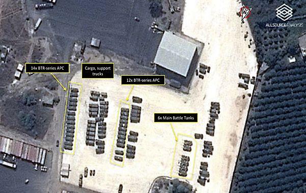 Prueba. Foto satelital de la base de Latakia con decenas de blindados rusos.