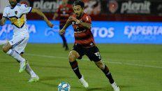 Scocco inicia un ataque en el último partido ante Boca en el Coloso que la lepra perdió por 2 a 0.