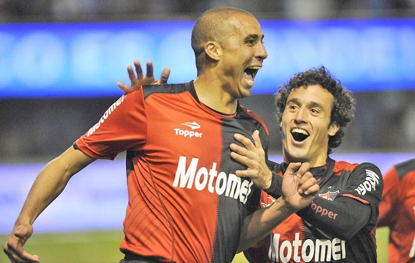 David Trezeguet festeja el gol que cerró el partido en Rafaela y el primero de manera oficial en Newells. (Foto: H. Río)