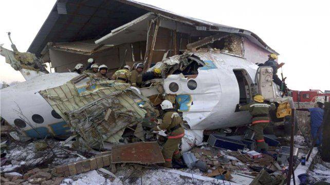 Daños. La proa del Fokker-100 destruyó una casa de dos pisos.