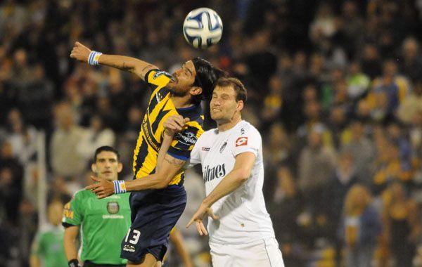 El Loco Abreu gana en lo alto ante un defensor.