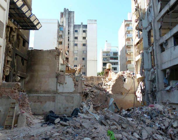Continúan las tareas de limpieza en la zona de la tragedia de Salta y Oroño. (Foto: A. Amaya)