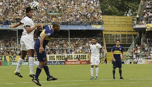 Tomás Berra le gana en lo alto al Cata Díaz