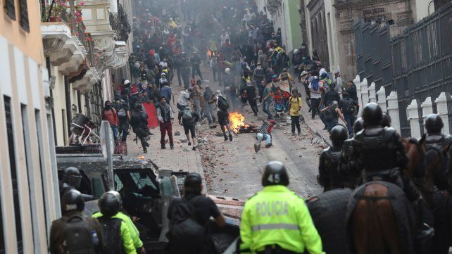 Choque. La policía y los manifestantes se enfrentaron en el casco histórico de la capital ecuatoriana.