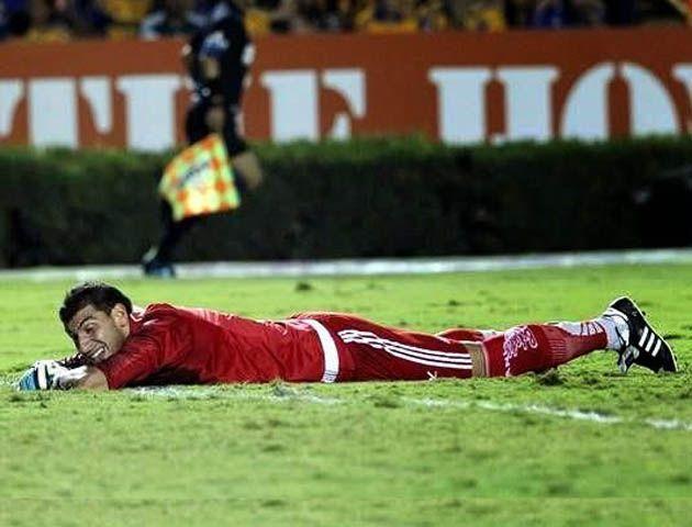 El arquero felino Nahuel Guzmán regaló dos goles