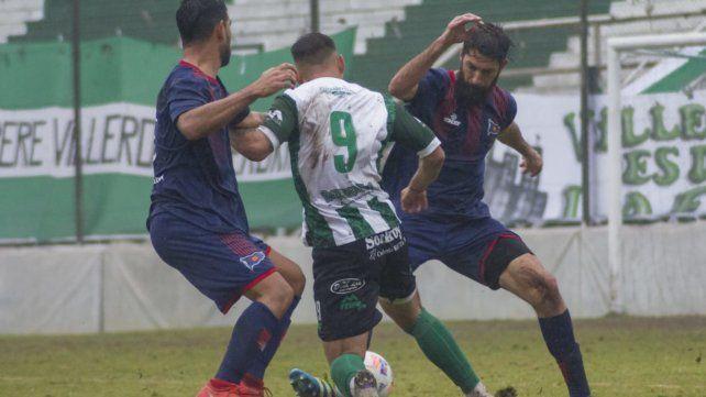No pasará. Gianfranco Alegre e Ignacio Bogino interceptan la embestida del delantero Fernández. El charrúa se trajo un punto de Laferrere.