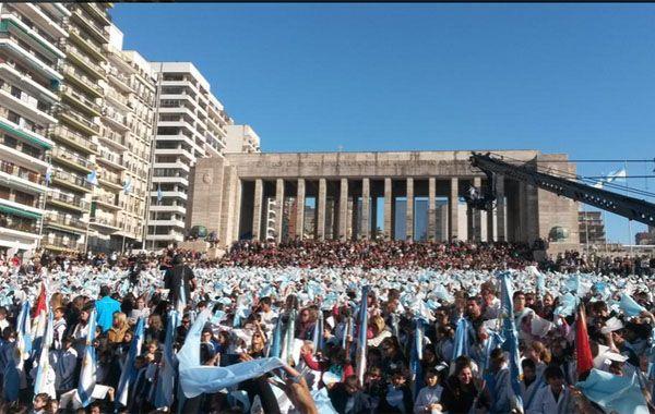 Fueron diez mil los alumnos de entre 9 y 10 años que prometieron lealtad a la Bandera Argentina. (Foto:Twitter)