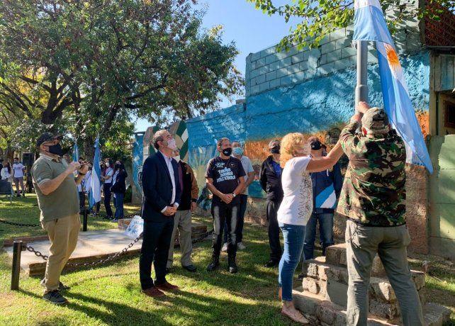 El intendente Pablo Javkin presente en el izamiento de la bandera por parte de ex combatientes y vecinos en plaza Soldado Desza.