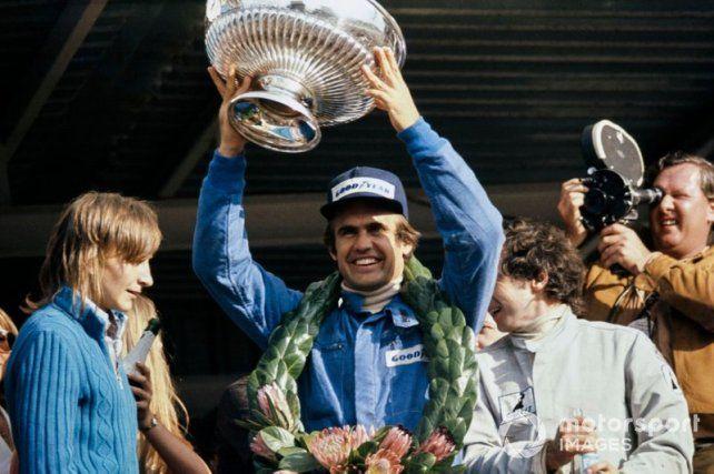 La sonrisa ancha de Reutemann, en el podio de Kayalami, su primer triunfo en F-1 dos carreras después de la frustración en Buenos Aires.