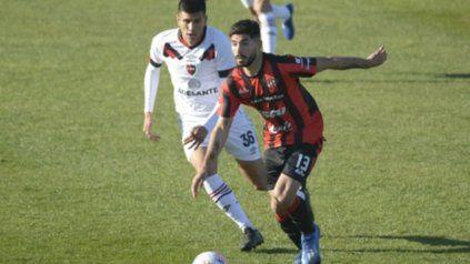 Brian Nievas la lleva frente a Nicolás Castro, el volante ofensivo de Newells.
