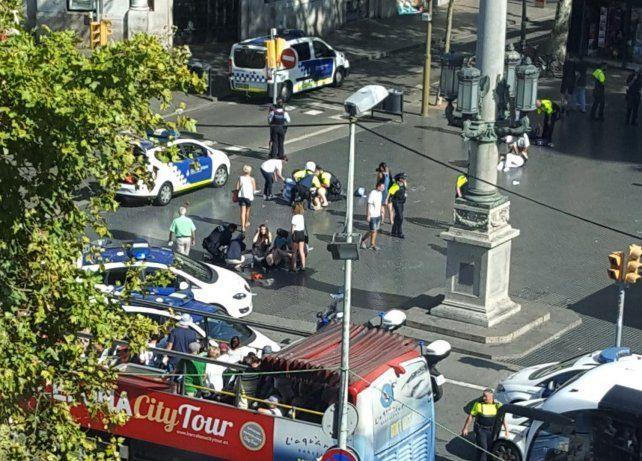 Son 13 los muertos por atentado con una camioneta que atropelló una multitud en Barcelona