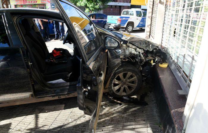 El auto terminó incrustado contra un local de Provincias Unidas al 700.