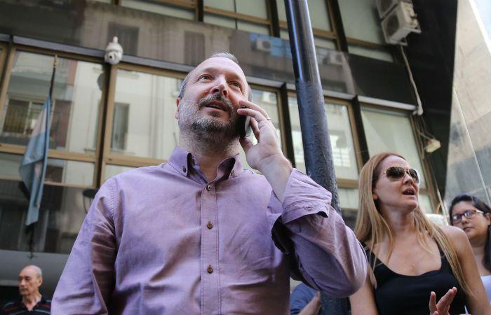 Sabbatella dejó el edificio luego de hablar varios minutos con los funcionarios policiales.
