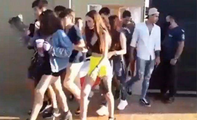De fiesta. La novia de un joven fue a un baile acompañada
