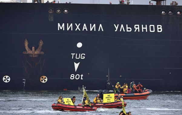 Tensión. Botes inflables de Greenpeace cruzan el derrotero del petrolero.