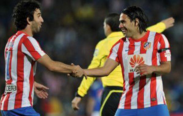 Radamel Falcao recibe el saludo de un compañero