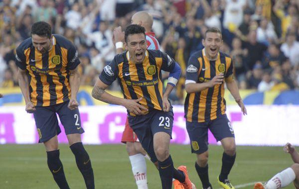 Nery Domínguez ya metió el cabezazo goleador y empieza el festejo. Detrás se suman Donatti y Marco Ruben. (Foto: Héctor Río)