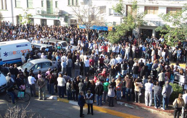 En el club. Las víctimas fueron veladas en el Atlético Tostado porque ninguna sala mortuoria tenía capacidad para tantos velatorios.