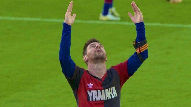Messi lució una casaca similar a la que usó Maradona en su paso por Newells en 1993.