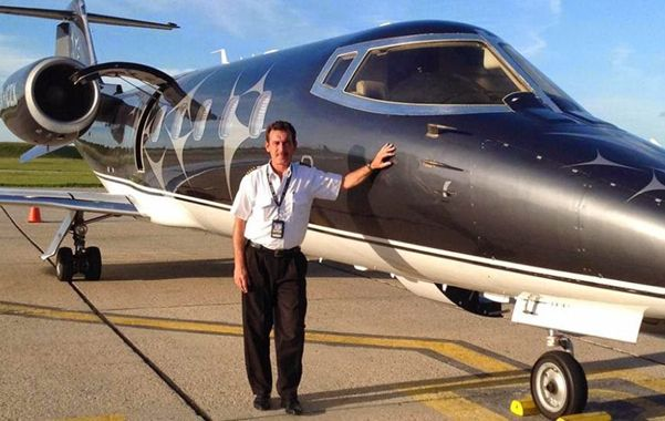 Destreza. Claudio Pistone al lado del avión que comandó con clima adverso.