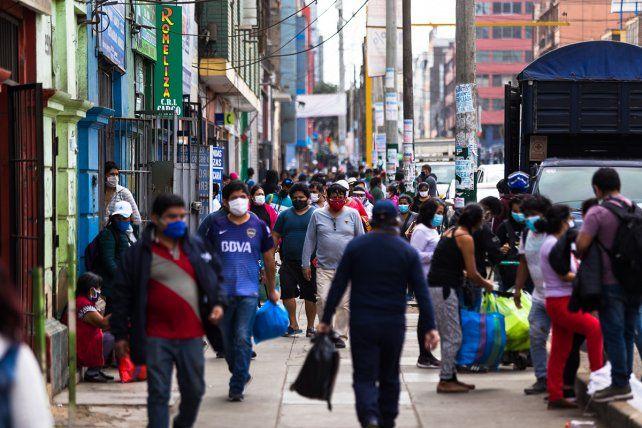Las atestadas calles de Lima en plena pandemia. El nivel de informalidad obliga a salir a trabajar para sobrevivir.