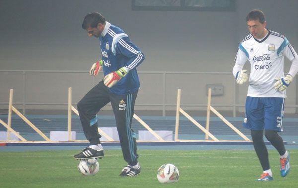 Nahuel Guzmán y Agustín Marchesín durante el entrenamiento realizado en Beijing.