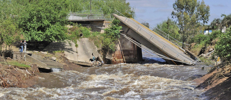 La caída del puente sobre calle San Martín y la inutilización  del de la ruta 11 generaron serios problemas de conexión.