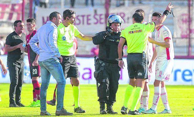 Decisión. Paletta le comunica al jefe del operativo que no está dispuesto a seguir mientras Azconzábal lo mira sin entender.