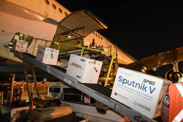 El vuelo con el nuevo cargamento de vacunas Sputnik V llegó este lunes a Ezeiza.