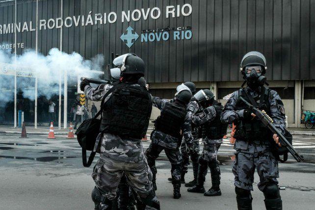 Disturbios. Los enfrentamientos en la terminal de Río terminaron con varios detenidos y heridos. Para el gobierno la movilización fue un fracaso.