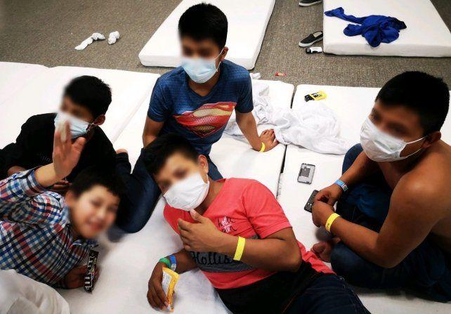 Niños inmigrantes hacinados en un centro de detención de Estados Unidos.