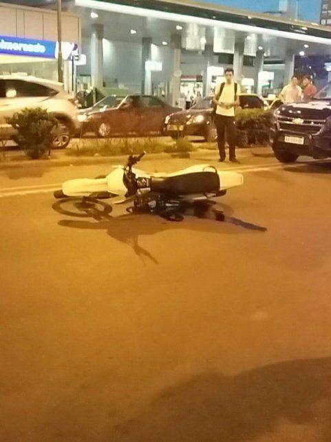 La moto que causó la tragedia quedó tirada cerca de calle Sarmiento.