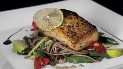 Receta: Surubi crocante y ensalada de fideos chauchas, esparragos y pepino