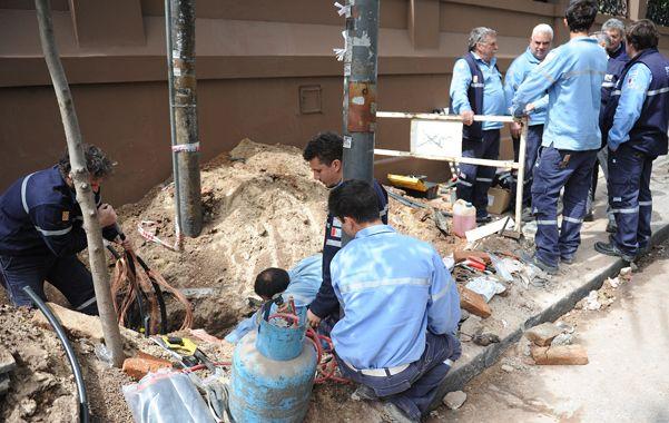 Reparación. Empleados de la EPE continuaron sus tareas tras la explosión.