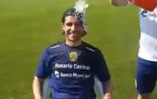 Sebastián Abreu recibió el baño y también lo colgó en YouTube.