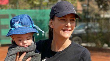 Lucha Aymar, el gran símbolo de las Leonas de todos los tiempos, en su nuevo rol de mamá, con su hijo Félix de 8 meses en brazos.